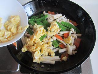 荷兰豆海鲜菇炒鸡蛋,最后放入炒好的鸡蛋进去翻炒均匀即可盛入盘中。
