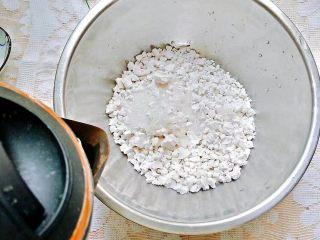 凤梨糯米糍,倒入适量的水