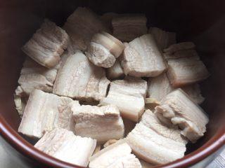 笋干红烧肉,再把五花肉铺在笋干上。