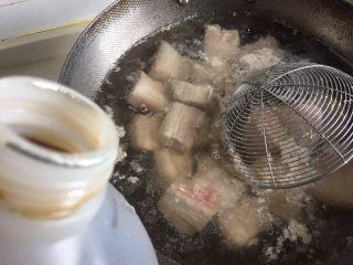 笋干红烧肉,水开以后倒入料酒煮沸转小火焯水三分钟。