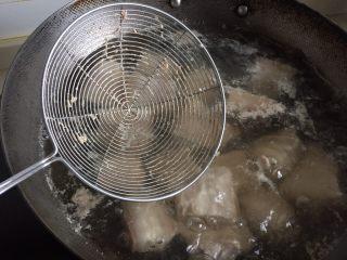 笋干红烧肉,肉里的血沫出来了就可以关火了。