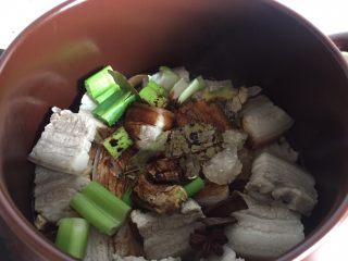 笋干红烧肉,大概烧20分钟左右可放入老抽、冰糖、盐继续小火炖。