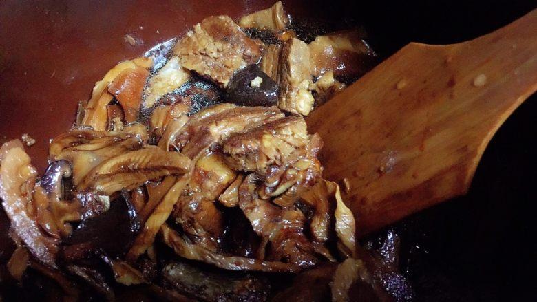 笋干红烧肉,中途经常多翻拌几次,防止糊底。 大概一小时就烧烂了,可以吃一块尝尝咸淡,是否酥烂,哈哈。出锅前如果水较多的话可以大火收个汤,这样更入味。