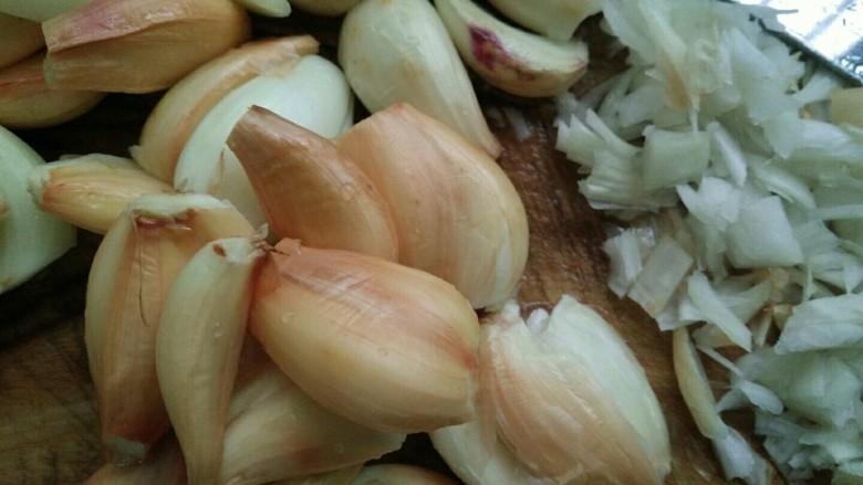 葱头酥油,把凉干水分的葱头切碎,越碎越好,容易炸。