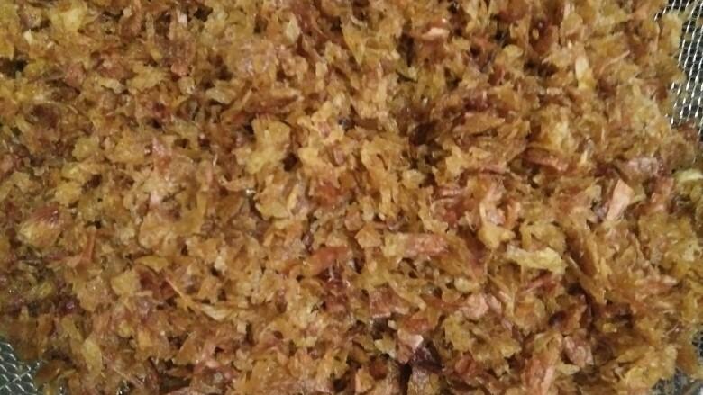葱头酥油,炸至金黄色就可以捞出来了,把油滴干葱头酥可以拌馅包馄饨,饺子,煮面条🍜,饺子馄饨放一点葱酥香喷喷的,油炒菜也特别香。