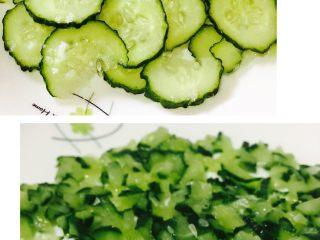 土豆沙拉 ,青瓜,洗净切薄片装盘,撒上少许腌制,等出水后,去掉水分,然后切小丁