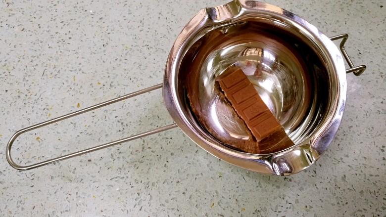 棉花糖香蕉牛奶,把<a style='color:red;display:inline-block;' href='/shicai/ 874'>巧克力</a>放入隔水碗。