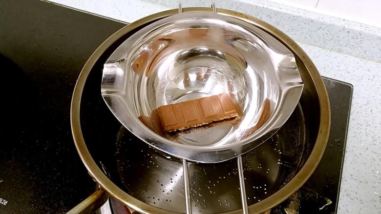 棉花糖香蕉牛奶,把隔水碗架在牛奶锅上,让巧克力受热慢慢融化。