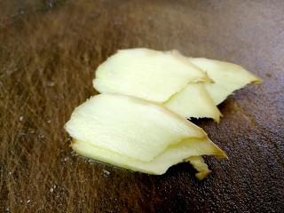 粤式清蒸鲈鱼,一部分生姜切片。