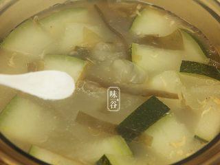消暑的海带冬瓜虾皮汤,关火前加入适量的食盐调味即可。喜欢白糊椒粉的可以调入一点,味道更美!
