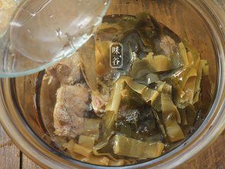消暑的海带冬瓜虾皮汤,放入适量清水。(水量:大约2L左右)盖上盖子。大火沸腾后转小火煲1小时。
