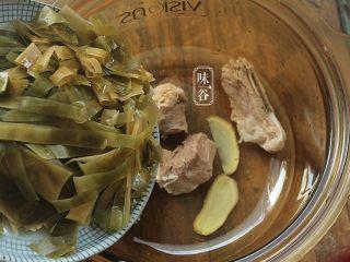 消暑的海带冬瓜虾皮汤,放入切好的海带丝;