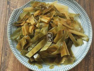 消暑的海带冬瓜虾皮汤,洗净后切成菱形片或者条形,备用。