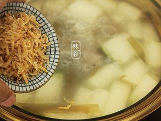 消暑的海带冬瓜虾皮汤,放入虾皮煮3分钟;