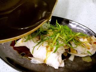 粤式清蒸鲈鱼,从头到尾浇上热油。