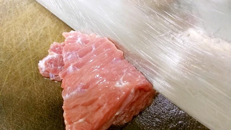 番茄炒牛肉,刀口垂直于牛肉的纵向纹理,切片。