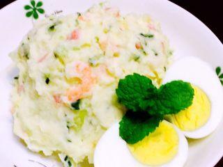 土豆沙拉 ,煮熟的鸡蛋,对半切,加上薄荷叶装饰摆盘,即可享受简单美味的土豆沙拉。
