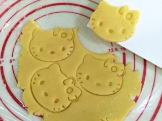 hellokitty饼干,用刮板把饼干片转移到铺好油纸的烤盘上。