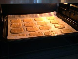 hellokitty饼干,入预热好的烤箱中层,上下火,160度,15分钟;烤完出炉冷却。