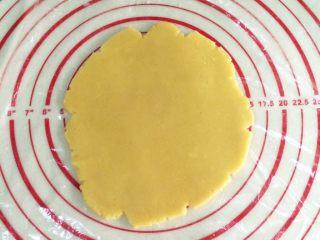 hellokitty饼干,从冰箱取出面团,铺上一层保鲜膜,取一点面团擀成约5毫米左右的薄片了。