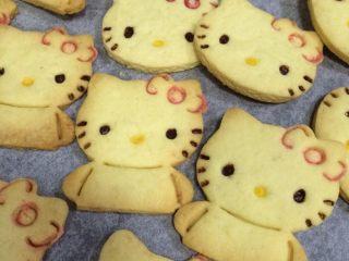 hellokitty饼干,继续用红色和黄色的巧克力分别给hellokitty画上蝴蝶结和嘴巴的轮廓。