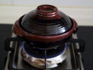 煲仔饭,6.盖锅中火煮。