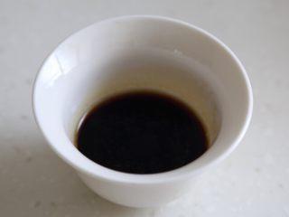 煲仔饭,9.焖的时候我们调个浇头,用生抽、老抽、蠔油、糖、盐和高汤调制。没有高汤可以用水加香油代替。