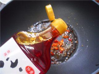 凉拌手撕茄子,调入辣椒油,拌匀