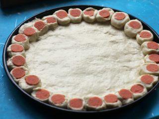 花边披萨,10.围着披萨盘摆一圈。
