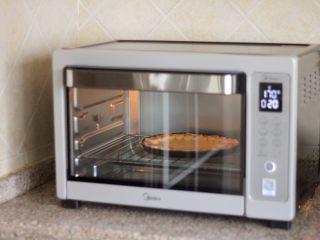 花边披萨,13.放入披萨饼胚,烤8分钟。