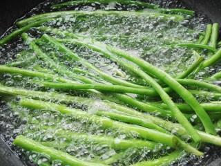 猪肉豆角馅饺子,锅添水大火烧开,放一点点盐,一点点油,放入豆角,煮至全部变色,捞出放凉水盆中过凉,控水切碎。