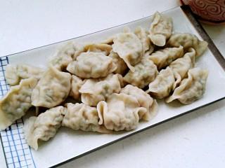 猪肉豆角馅饺子,捞出开吃(记着原汤化原食,喝点煮饺子水助消化)。