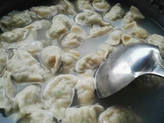 猪肉豆角馅饺子,锅添水大火烧开,放一点点盐,放入饺子煮,水开放一点凉水,用勺背推让饺子受热均匀,点三次凉水就熟了。