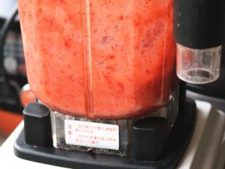 樱花草莓慕斯,草莓放入料理机打碎。