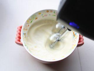 樱花草莓慕斯,淡奶油加白糖,用电动打蛋器打发到7分法,还能流动的状态。