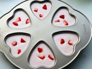 樱花草莓慕斯,切一些草莓块放上去。