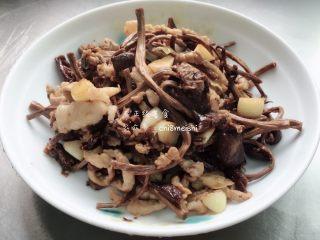 茶树菇炒肉,大功告成,香气四溢!