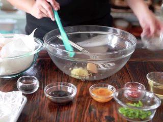 秘制酱料烤鸡翅,加入姜红糖