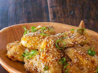 秘制酱料烤鸡翅,出炉,淋上酱汁,撒芝麻碎,哇,美滋滋!