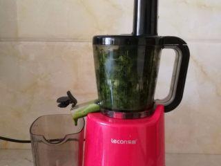 挤挤小面包-绿豆蛙表情包,把菠菜稍微切碎,放入原汁机,可以一遍加入一点清水