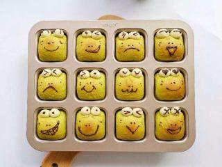 挤挤小面包-绿豆蛙表情包,在等巧克力凝固就好了。吃的时候直接从模具中拿出来就行了