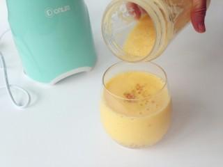 牛奶芒果西米露,再倒入半瓶芒果奶。