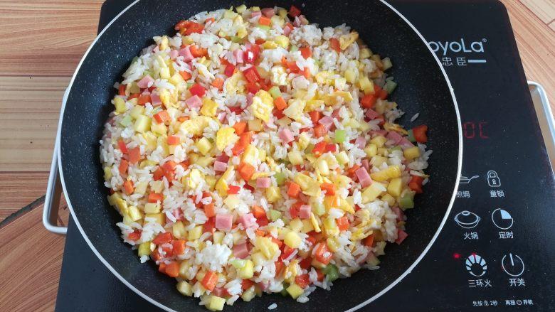 菠萝蛋炒饭,所有食材混合均匀,关火