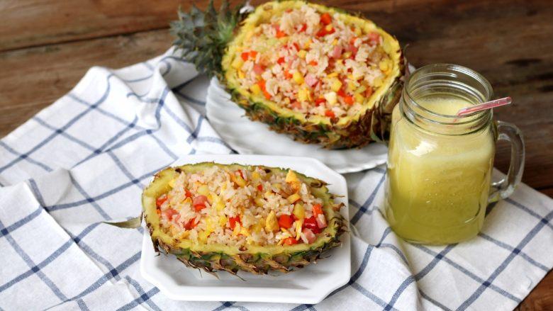 菠萝蛋炒饭,把菠萝蛋炒饭盛到挖空的菠萝碗里,开吃咯