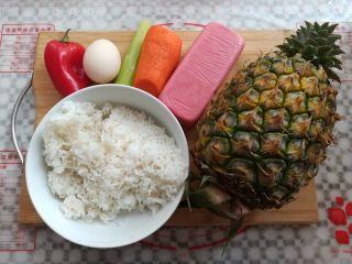 菠萝蛋炒饭,准备好做炒饭需要的材料
