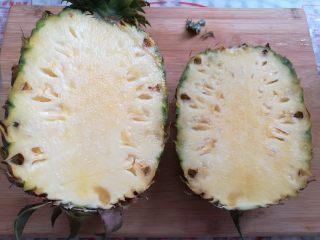 菠萝蛋炒饭,菠萝按照3:1比例切成2瓣