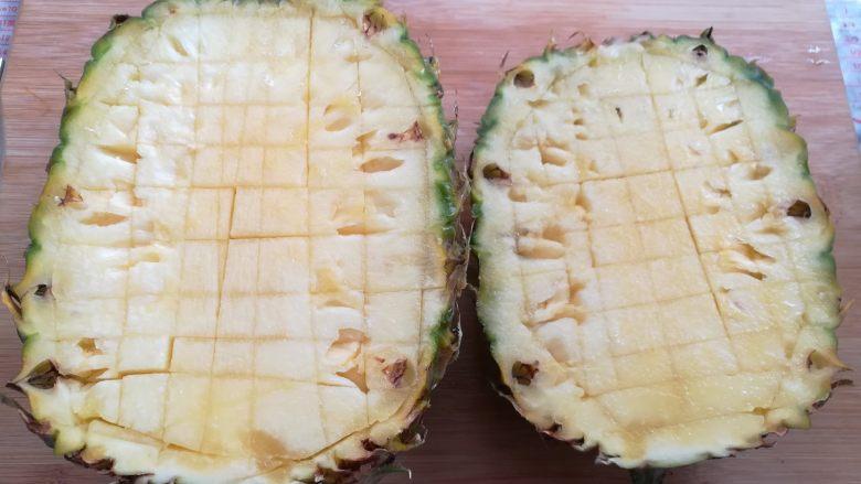 菠萝蛋炒饭,在菠萝里划小格子,不要把底部划破了