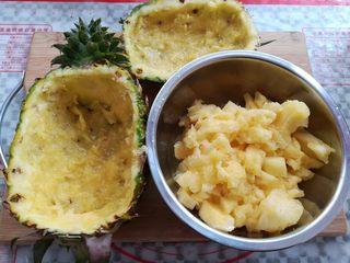 菠萝蛋炒饭,用小勺子把菠萝肉挖出来