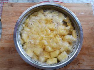 菠萝蛋炒饭,菠萝肉泡用盐水泡一下去除涩味