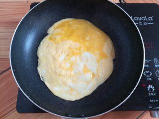 菠萝蛋炒饭,用不粘锅把鸡蛋煎到9分熟
